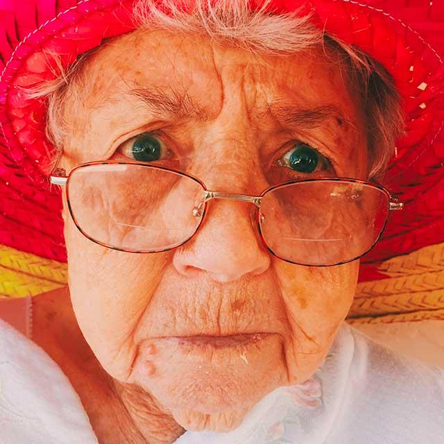 Stichting De Tijdmachine: Afbeelding - Oudere dame met hoed