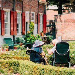 Stichting De Tijdmachine: Onze filosofie en aanpak - ouderen in tuin